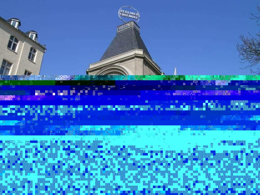 Berliner Ensemble, 1892 yapımı bu binaya 1954 yılında taşındı. Üç Kuruşluk Opera, 1928 yılında dünya prömiyerini bu tarihi bina Theater am Schiffbauerdamm adını taşırken burada yapmıştı. Fotoğraf: Füsun Kavrakoğlu
