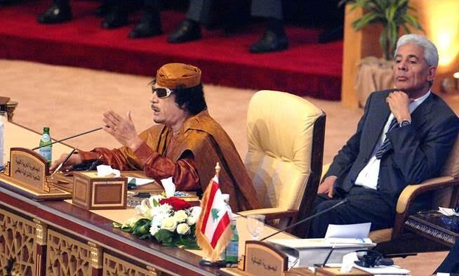 Michigan State University mezunu, tez konusu Kaddafi olan, Kaddafi rejiminin bir zamanlar en güçlü adamı olarak görülen eski dış istihbarat örgütü başkanı Musa Kusa'nın ayaklanmanın ikinci ayında Tunus üzerinden İngiltere'ye kaçtığı, sonra Katar'a geçtiği ve Libya'daki yeni rejimin en büyük mali destekçilerinden biri olduğu söyleniyor. Kusa, 1994 ile 2009 yılları arasında Libya istihbarat servislerini yönetmiş, daha sonra da kaçtığı tarihe kadar dışişleri bakanlığı yapmıştı. BBC'nin Panorama adlı araştırma programında, Kusa'nın tutuklulara bizzat işkence yaptığı ve 1996 yılında Ebu Salim Cezaevi'nde 1200 mahkumun öldüğü katliamda rol aldığı ileri sürülmüştü. Fotoğraf: www.dailymail.co.uk