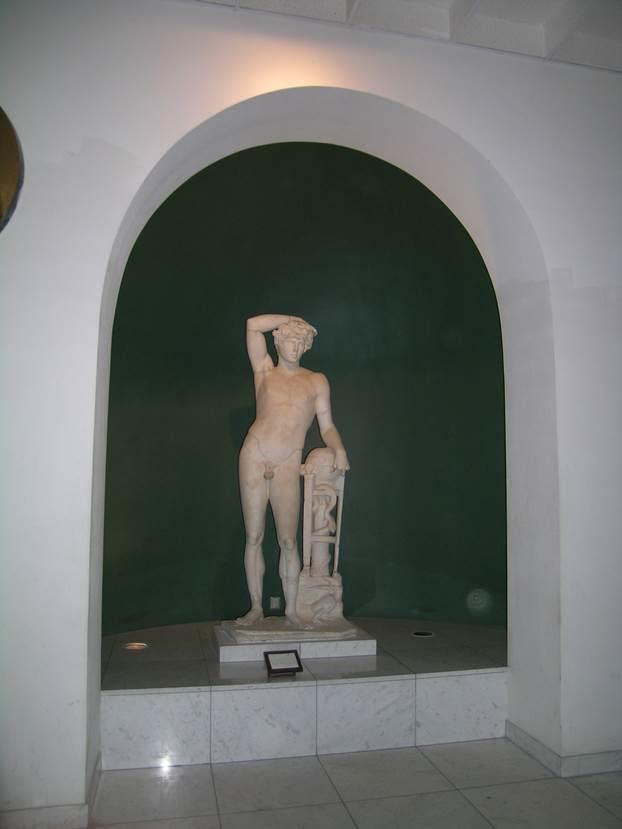 Leptis Magna'dan Apollo. Praxiteles'in yapmış olduğu Delphi Apollosu'nun kopyası. Başı, İmparator Hadrianus'un sevgilisi Antonius'un başı. Antonius, imparatora seyahatinde eşlik ederken, Nil'de kuşku uyandırıcı şekilde ölmüştü. Antonius'un ölümüyle ilgili teoriler, kaza sonucu ölümden, ritüel intihara çok geniş bir yelpazede değerlendirilmiş. Antonius hakkında Bitinya'da (Kocaeli) doğmuş olmasından başka bir şey bilinmemekte. Hadrianus onun ölümüyle yasa boğulmuş, İmparatorluğun her yerinde villalara, mabetlere, hamamlara heykelleri dikilmiş, adına tapınaklar yapılmış. Kuzey Afrika kıyılarında ona ait bir kült oluşmuş. Fotoğraf: Füsun Kavrakoğlu