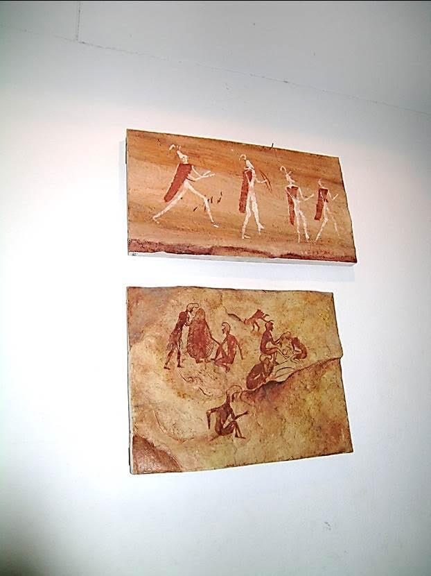 Jebel Akakus'tan kaya resimleri. Akakus, Cezayir Libya sınırında, 250 km boyunca devam eden, 50 km genişliğinde bir dağ silsilesi. Akakus'ta hem çizilmiş, hem kayaya oyulmuş resimler var. Bu miras, 1955 yılında bulundu. Burada bulunan resimler devirlere ayrılıyor: Savannah Period (Step Dönemi) MÖ 11. yüzyıl. Sahra önceden step (savannah) idi. MÖ 8500'lerde Sahra'da ıslak, tropik iklim varmış. Çöl, MÖ 4000'li yıllarda oluşmuş. Round Heads Period (Yuvarlak Kafalar Dönemi) MÖ 9000. Bu dönemde sadece yuvarlak kafalar çizmişler, yüz yapmamışlar, göz, burun vs resmetmemişler. Pastoral Period (Doğa Dönemi) MÖ 7000; Horse Period (At Dönemi) MÖ 3500; Camel Period (Deve Dönemi) MÖ 2000 gibi. Fotoğraf: Füsun Kavrakoğlu