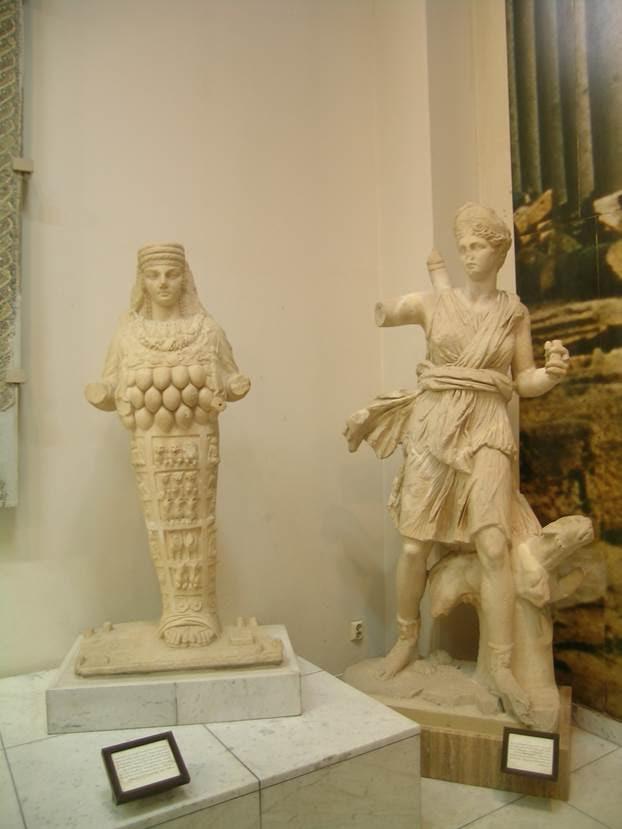 İki Tanrıça Artemis heykeli yan yana. Roma'daki adı Diana, Zeus ile Leto'nun kızı, Apollon'un ikizi. Soldaki, Efes Artemisi gibi bol memelidir. Bu, tanrıçanın bütün tabiatı dölleyen bir tanrıça gibi düşünülerek tapınılmasından doğan külte ait bir betimlemesidir. Fotoğraf: Füsun Kavrakoğlu