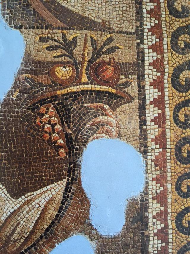 Cornucopia, Zeus'u çocukken besleyen Amalthea'nın boynuzu, bolluk ve bereket simgesi sayılan meyvelerle dolu, boynuz biçimli kap. İçindeki meyvelerden birinin nar olduğu düşünülür. MS 4. yüzyılın ilk yarısından olduğu düşünülen, Antakya Mozaik Müzesi'nde sergilenen Chresis tablosunun detayında bereket boynuzu. Fotoğraf: Antioch Mosaics, Ed. Fatih Cimok, A Turizm Yayınları, 1999.