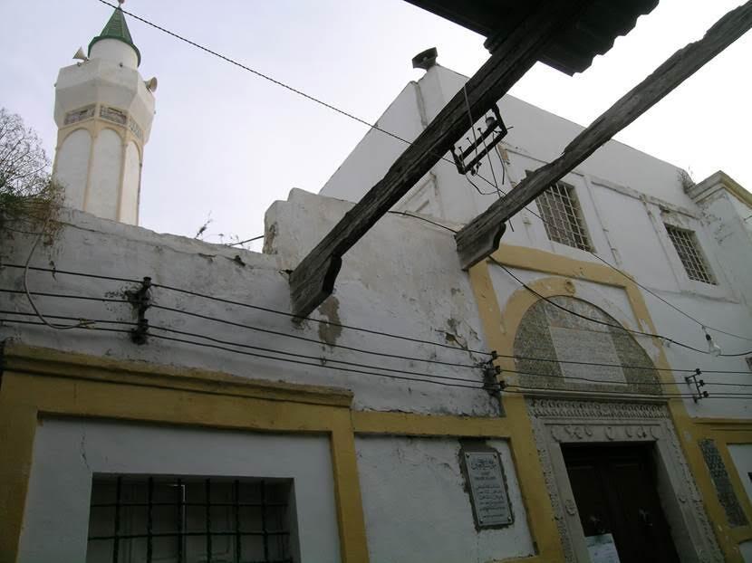 Yine Türk Mahallesi'nde yer alan Naga Camii. Burası Trablus'un en eski camisidir, 9. yüzyıldandır. Naga, deve demektir. Caminin adı hakkında iki rivayet vardır. Arap fatih Amr ibn al-As kendisine verilen bir deve yükü hediyeyi kabul etmiş, elde ettiği para ile bu camiyi yaptırmıştır. Deveye dair diğer rivayet ise 912 yılında Fatımi Halifesi buradan geçerken caminin büyütülmesi için bir deve yükü hazine bırakmıştır. Cami, gördüğümüz şeklini 1600'lü yıllarda almıştır. Fotoğraf: Füsun Kavrakoğlu