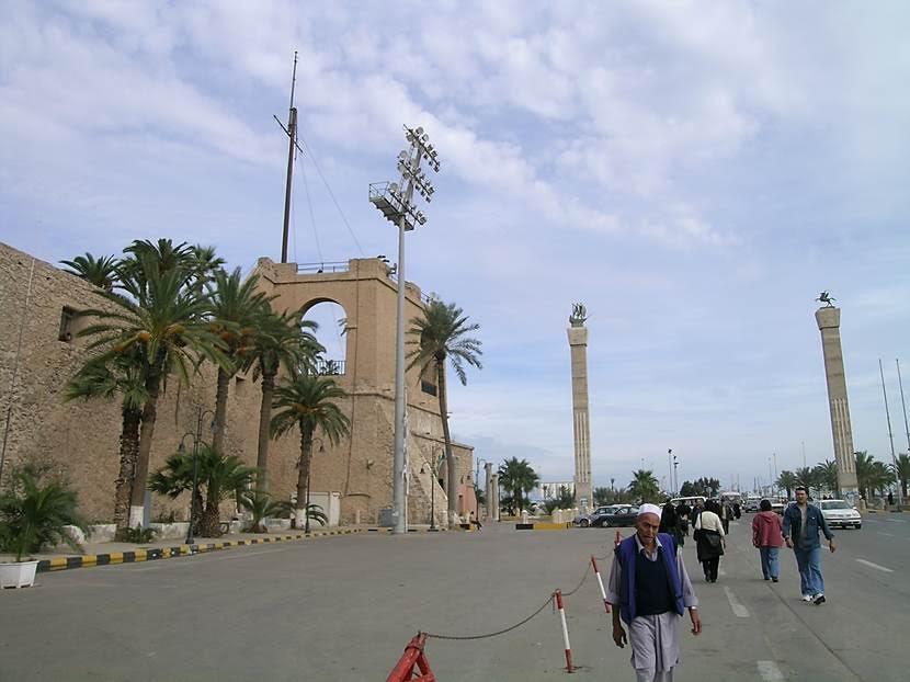 Liman boyunca uzanan eski kente 16. yüzyılda yapılmış İspanyol Kalesi egemendir. Osmanlı bölgeyi bu kaleden yönetmiştir. Kalenin girişinde, sütunlardan birinin üzerinde Turgut Reis'in gemisi temsil edilmektedir. Kalenin adı, Al Saraya Al Hamra'dır. Kızıl Kale de denmektedir. Fotoğraf: Füsun Kavrakoğlu