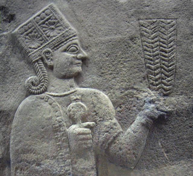 Karkamış antik kentinde Geç Hitit Dönemi rölyefi, ana tanrıça Kubaba ve sağ elinde nar. Fotoğraf:tr.wikipedia.org