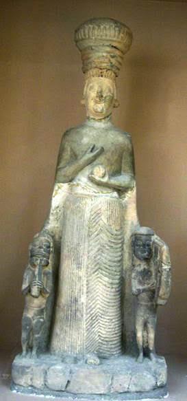 Ana tanrıçanın adı Frigler'de Kibele olur. Ankara, Anadolu Medeniyetleri Müzesi'nde Frigya dönemine ait (MÖ 6. yüzyıl) kireçtaşından Ana Tanrıça Kibele heykeli (boy: 126 cm). Tanrıçanın elinde tuttuğunun elma veya nar olduğu düşünülüyor. Fotoğraf:sanat.ykykultur.com.tr