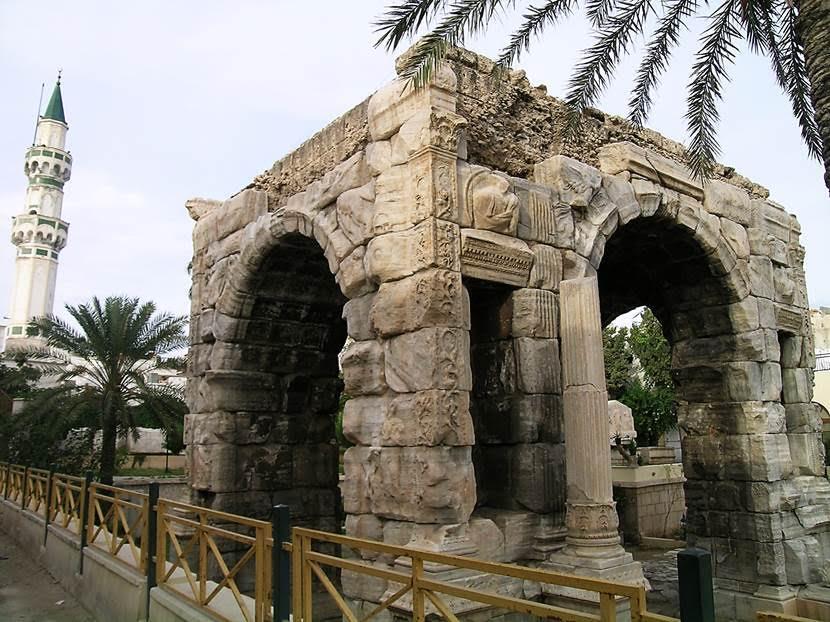 Şehrin en eski yapısı olan mermer Marcus Aurelius Takı'nın diğer cephesi. Fotoğraf: Füsun Kavrakoğlu