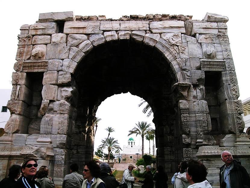 Takın üzerinde şehrin koruyucuları Apollo ve Minerva kabartmaları yer alıyor. Fotoğraf: Füsun Kavrakoğlu
