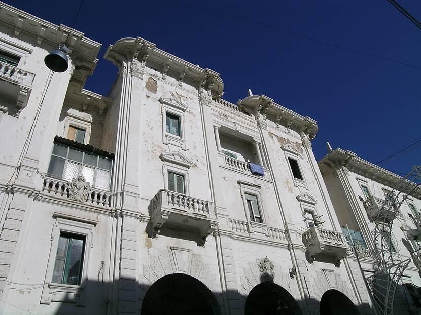 Liman bölgesinde, Yeşil Meydan veya Şehitler Alanı'nda yer alan ünlü kitapçı Fergiani ilk durağımız oldu. Meydanın diğer tarafında İtalyan mimarisine sahip binalar bulunuyor, hepsi Mimar Fausto'nun eseri. Fotoğraf: Füsun Kavrakoğlu