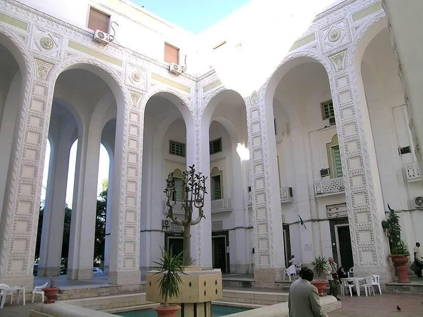 Katedral'in tam karşısındaki INPS binasının avlusu. Fotoğraf: Füsun Kavrakoğlu