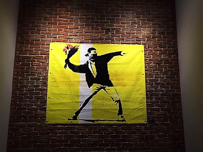 Flower Thrower, Banksy, tuval üzerine akrilik, 2003. Global Karaköy, 2016. Fotoğraf: Füsun Kavrakoğlu