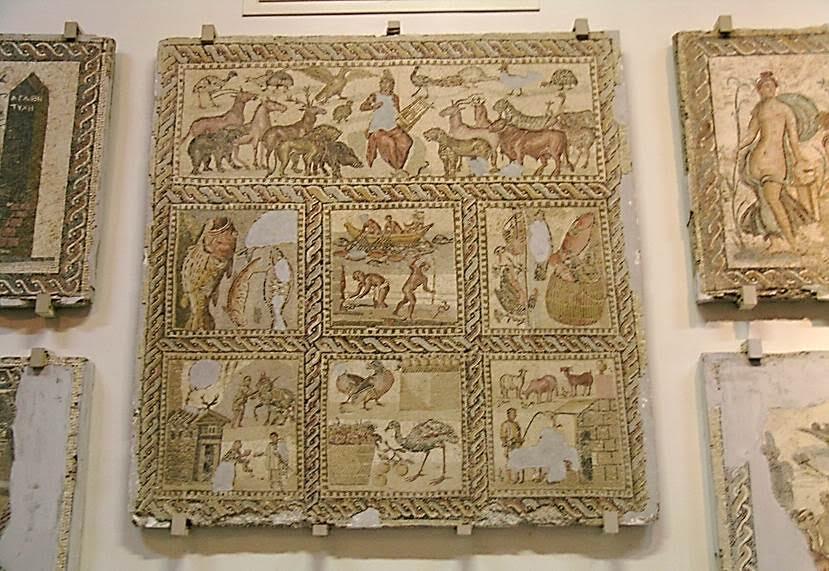 Mozaik, Roma'nın MÖ 2. yüzyılda (MÖ 146) Yunanistan'ı eyalete dönüştürmesinin ardından öğrendiği bir sanattır. Romalılar, Yunanlardan sanat alanında pek çok şey öğrenmişlerdir ama genel olarak baktığımızda, Yunan'da amaç şaheser yaratmak, Roma'da amaç kullanılabilir eserler yaratmaktır. Antik Yunan'da MÖ 420 yılına tarihlendirilen en eski, çakıl taşlı, mozaik işinin Korinth'te olduğu söylenir. MÖ 3. yüzyıldan itibaren Yunan mozaikleri geniş bir renk skalası kullanılarak, küp şeklinde, bir milimetre kare ebadında kesilmiş taşlardan (tesserae) yapılıyor, uzaktan bakıldığında bir tablo gibi görünüyordu. Mozaikler, halka açık alanlardan ziyade, zenginlere ait evlerde bulunan lüks nesnelerdi. Mozaikler bir odalar hiyerarşisi oluştururdu. Daha ucuz olan siyah-beyaz mozaikler önemsiz yerlere, renkli tasarımlar misafirlerin ağırlandığı alanlara yapılırdı. Fotoğraf: Füsun Kavrakoğlu