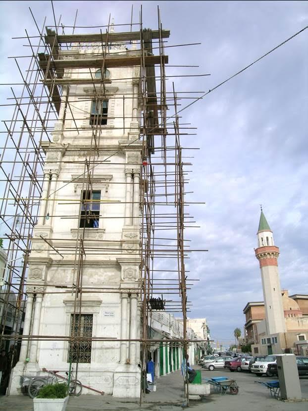 Osmanlı döneminden saat kulesi. 1898 yılı yapımı olan kule, Osmanlı Baroğu veya Türk Baroğu denen tarzda. Osmanlı sanatının yaklaşık 1720'den başlayarak 1830'a dek süren dönemi Barok olarak anılır. Ama Semavi Eyice'ye göre, tarihte dönemleri keskin sınırlar ile belirlemek çok zor ve birçok hallerde imkansızdır. Ürünleri özellikle mimarlık ve bezeme alanlarında görülen Türk Baroku'nun gelişmesinde 18. yüzyıldan itibaren sayıları artan yabancı asıllı mimarların rolleri büyük olmuştur. Bu yeni estetik, kitap ciltleri, el yazmalarındaki tezhip sayfaları ve fermanların tezhipli başlıkları gibi el sanatlarında bile kendisini belli etmiştir. Ermeni cemaatinden Krikor Balyan Kalfa (1764-1831) 19. yüzyıl Osmanlı mimarisine beş kuşak boyunca damgasını vuran mimar soyunun kurucusu olmuştur. Türk Baroğu adı verilen üslup, bu ustaların elinde gelişmesini sürdürmüştür. Osmanlı Barok tarzı, bazı uzmanlara göre, Avrupa Baroku'nun bir yansıması sayılmaktan çok, Osmanlı sanatındaki bir baroklaşma eğilimi olarak değerlendirilmelidir. Fotoğraf: Füsun Kavrakoğlu