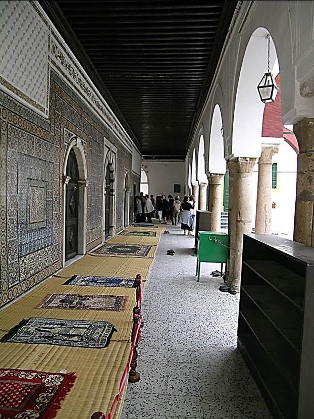 1738 yapımı Karamanlı Camii. Burası, eski şehrin en büyük camisidir. 1711 yılında iktidarı ele geçiren Ahmet Karamanlı tarafından yaptırılmıştır. 1711-1835 yılları arasında yönetimde olan Karamanlı Hanedanı'nın pek çok üyesi burada gömülüdür. Fotoğraf: Füsun Kavrakoğlu