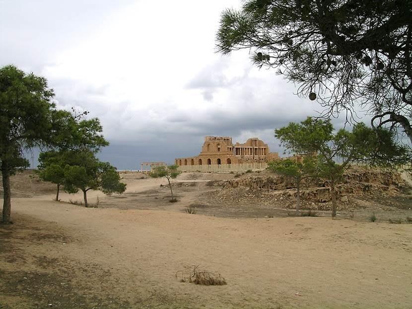 Sabratha'ya girerken ilk tiyatro binasını gördük. Fotoğraf: Füsun Kavrakoğlu