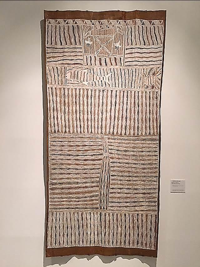 Baraltja, Djambawa Marawili, 1998. Ağaç kabuğu üzerine, doğal toprak boyası yapılmış bu eser, Avustralyalı bir sanatçıya ait. Eser, İstanbul Bienali 2015 kapsamında İstanbul Modern'de sergilendi. Batılı sanat geleneğine ait olmayan; imgelemi ve üretim araçları geleneklerden beslenen; anlatısından ziyade, çalışmanın kendisinin süreçleri ve dokularına odaklanılan; ülkesinin sömürgecilik öncesi tarihinde sanat yapmaya atfedilen değerler ve anlamlara dikkat çeken, doğal nesneleri temsil eden bir eser. Fotoğraf: Füsun Kavrakoğlu