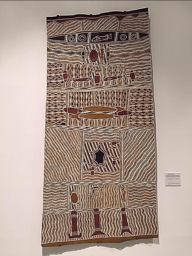 Yine Avustralya'dan bir ağaç kabuğu resmi. Yapıt, 1998 yılına, Gawirrin Gumana'ya ait. Her iki ağaç kabuğu resminde de bir resimsel derinlik ve formların üç boyutluluğunu oluşturma çabası söz konusu değildir. Birçok sanat objesi aslında son derece gelişkin ve süreklilik arz eden görsel geleneklere aittir. Ait oldukları yere ve kültüre bağlı olarak, bu tür objeler, dekoratif, işlevsel, dini ve törensel anlamlar da barındırabilir. Bu iki esere aynı zamanda ekolojik sanat örnekleri olarak da bakabiliriz. Fotoğraf: Füsun Kavrakoğlu