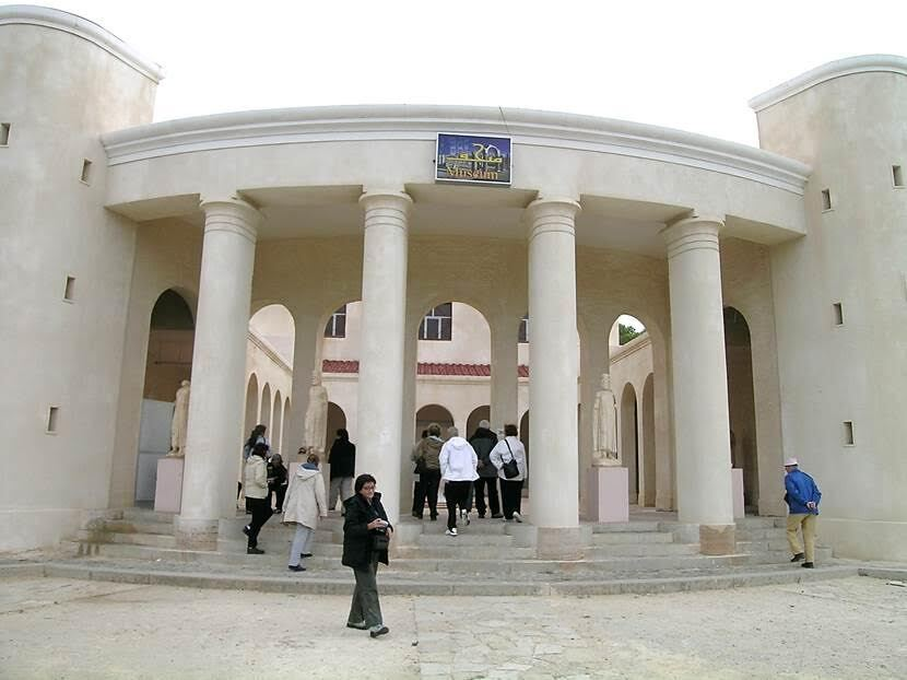 Kentteki Roma Müzesi üç bölümden oluşuyor. Batı bölümünde Sabratha'daki mezarlardan çıkartılan eşyalar; orta ve güney bölümünde ise Justinyen Bazilikası'ndan getirilen mozaikler sergileniyor. Müzenin doğu bölümünde Zeus Tapınağı'ndan getirilen bazı heykeller ile zengin bir ailenin evinden getirilen mozaik ve freskler var. Fotoğraf: Füsun Kavrakoğlu