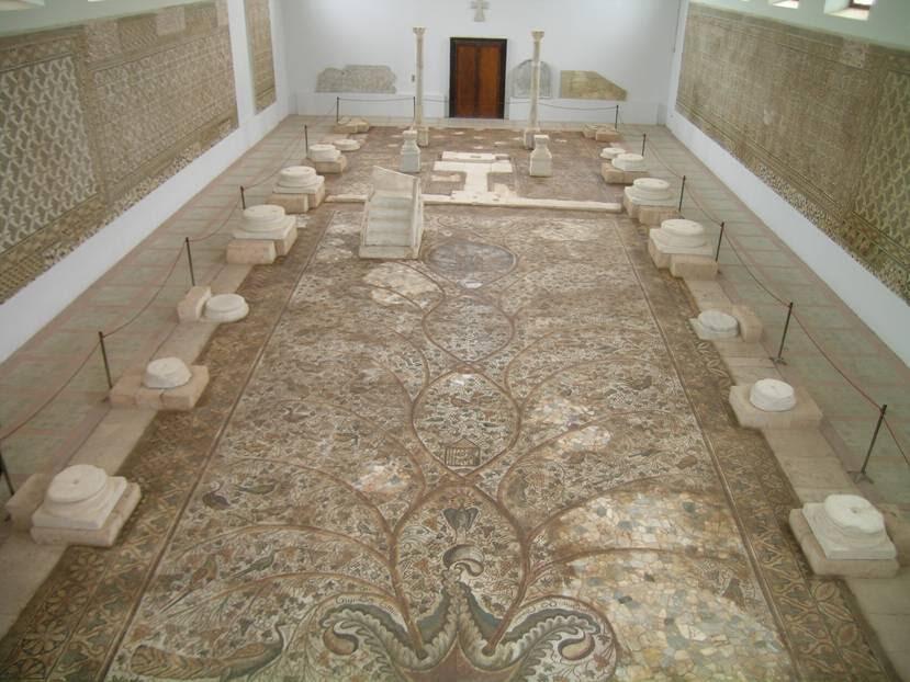 Sabratha'da, Roma Müzesi'nde Justinyen Bazilikası'nın yer mozaiklerinin sergilenişi şöyle yapılıyordu: Fotoğrafta görülen, orta nefin mozaikleri yerde, yan neflerin mozaikleri ise iki yan duvarda teşhir ediliyordu. Buradaki sütunlar ve kaideleri ise bazilikada bulunan orijinallerin kopyaları. Dua kürsüsü orijinal yerine bırakılmıştı. Alttaki fotoğrafta ise mozaik tablonun detayı görülüyor. Fotoğraf: Füsun Kavrakoğlu