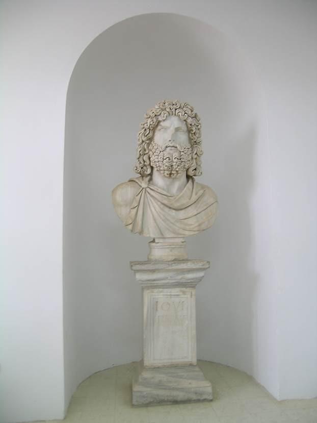 Pön Müzesi'nden. Roma'da en önemli iki değer aile ve devlete hizmetti. En yüksek iş, amme hizmetiydi. Romalı asil aileler evin girişine onlara şeref veren ve Devlete iyi hizmeti dokunmuş atalarının ilkin başlarının, sonra da büstlerinin balmumundan heykellerini koyarlardı. Bu adet, ailenin manevi hayatını sürdüren şeyin, onlar olduğunu göstermek içindi. Roma büstlerinin ve kabartmalarının bazıları, realizmi ve karakteri dikkatle çizmesi bakımından çarpıcı bulunur. Fotoğraf: Füsun Kavrakoğlu