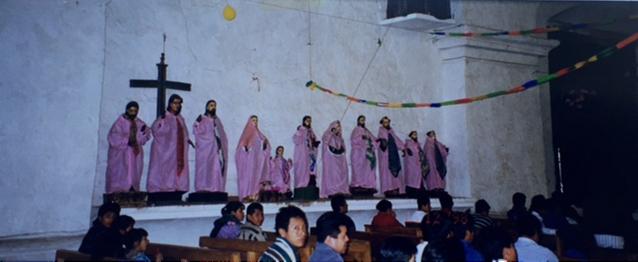 Santiago Atitlan. Kilisede azizlere gerçek giysiler giydirilmiş. Meksika Guatemala Gezisi 1998. Fotoğraf: Füsun Kavrakoğlu