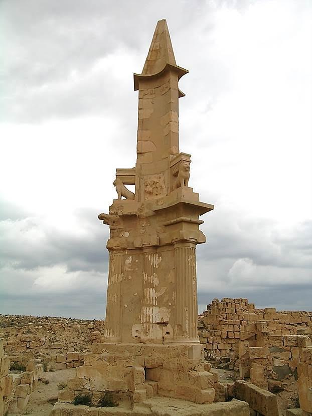Kartaca dönemine ait, tholos denen, obelisk mezar  tipi Bes Mozolesi/Anıt Mezarı, tamamen yeniden yapılmış. 24 m yüksekliğindeki yapı, MÖ 2. yüzyıldan kalma bir yeraltı mezar odasının üzerine yapılmış. Tabanı üçgen, fasadı içbükey. Müzede sergilenmekte olan Bes ve Herkül heykelleri ile aslan figürlerinin yapının üzerindeki piramit şekilli parçanın en tepesinde olduğu düşünülüyor. Fotoğraf: Füsun Kavrakoğlu