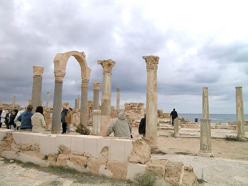4. yüzyıldan Curia- Senato Binası. Sabratha'daki Forum, Roma forumundan çok Yunan agorasına benzetilir. Yunan kenti, kent için; Roma kenti ROMA için yapılır, denir. Dolayısıyla Yunan yapısı daha gösterişsizdir. Eski Latince erkekler topluluğu teriminden türemiş Curia, meselelerin tartışıldığı yerdi. Başlangıçta şehrin önde gelen yaşlılarının toplanma yeriydi. (Senato, yaşlı adam kelimesinden türetilmiştir). Romalılar bu modeli, fethettikleri  tüm şehirlere ihraç etmişler, böylece her şehir kendi Senatosuna sahip olmuştur. Ama Roma dışındaki tüm şehirlerde seçilmiş yöneticilerin merkezi yönetimin onayını alması gerekirdi. Roma senatosu ise, Cumhuriyet döneminde, doğrudan vatandaşlar tarafından seçilirdi. İmparatorluk döneminde senatörler seçilmemişler, kalıtsal soyluluklarına göre göreve gelmişlerdir. İmparatorlukla birlikte, Curia yerel hükümetin bulunduğu, yargılama işlemlerinin yürütüldüğü, yönetimle ilgili toplantıların yapıldığı herhangi bir yer anlamında kullanılmış, kısa bir süre sonra da terim, yerel yönetimin yapıldığı yer anlamında kullanılmaya başlanmıştır. Roma Forumu'nda bulunan Curia, Senatonun toplandığı ve İmparatorluğun idaresi ile ilgili tartışmalar yaptığı Senato binası işlevine sahipti. Yapı, Forum'un kuzeyinde yer alıyordu ve özellikle bir İmparatorun yönetimi altındaki hükümetin işlerini yürütmek için kullanılıyordu. Senatör olabilmek için bir milyon ss'lik bir servet gerekiyordu. Fotoğraf: Füsun Kavrakoğlu