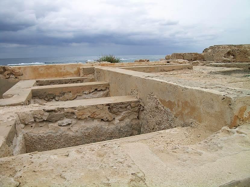 Roma döneminden Zeytinyağı Caddesi (Oil Press Street). Yağların depolandığı yer. Arkada üstü düz olan bölüm ise, acı su ile zeytinyağını ayrıştırma işleminin yapıldığı tank. Fotoğraf: Füsun Kavrakoğlu