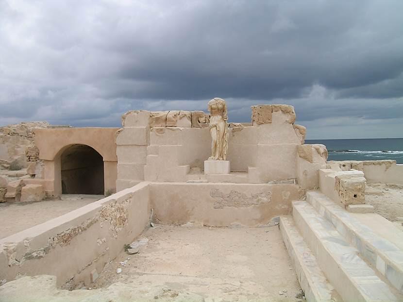 Deniz kenarına yapılmış, mermerle ve mozaiklerle kaplanmış Neptün (Oceanus) Hamamları'nın girişi. Şehirlere yeraltı kanallarıyla veya su yollarıyla bol miktarda su gelirdi. Su yollarının bakımı devletin kamu hizmetiydi. Su kemerlerinin görevi, içme suyu sağlamak değil, hamamları doldurmaktı. Roma askeri her gittiği yerde mutlaka kullanabilecekleri bir hamam olmasını talep ederdi. Roma'da vücuda iyi bakmak önemsenir, kişinin kendisine olan saygısı olarak düşünülürdü. Romalılar, strigile denen metal bir tür kese kullanırlardı. Çok daha eski dönemlerden kalma bir adet olarak, Romalılar da seferden döndüklerinde tehlikeli bir hastalık kapmış olabileceklerinden korkarak kendi halkları içine karışmadan önce hamama giderlerdi. Hamamlar kamuya açıktı ve giriş ücreti düşüktü. Kadınlar ve erkekler için, bölgesel olarak değişen uygulamalara göre, karma ve ayrı yıkanma yerleri mevcuttu. İmparator Hadrianus (117-138), kadın-erkek bir arada yıkanılan karma hamamları yasaklamıştı. Hamamlarda sınıfsal eşitlenme söz konusu değildi, herkes kendi sınıfından kişilerle birlikte olurdu. Romalılar banyo yapmadan önce beden egzersizleri yaparlardı. İlk önce terleme odasında, sonra sıcak banyoda, ılık ve soğuk bölümde. (Palestra, caldarium, tepidarium, frigidarium) Palestra Yunan'da atletizm için kurulmuş idman yeridir. Etrafı sütunlu avluları, soyunma yerleri ve dinlenme odaları vardır. Günümüze ulaşmış olanlar Helenistik dönemden olanlardır. Hamamlarda kütüphane, genelev, spor salonları, kıl alma uzmanları, içecek satıcıları gibi hizmetler de bulunurdu. Fotoğraf: Füsun Kavrakoğlu