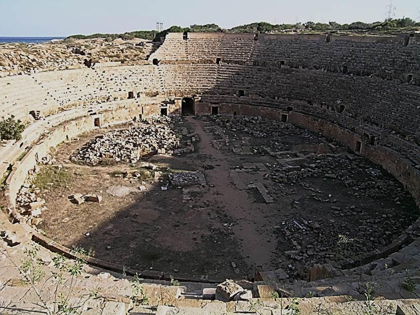 MS 56 yapımı 16 bin kişilik amfitiyatroda  ilk altı sıra ileri gelenlere ayrılmış (box of honor). Bu sıralar diğerlerinden bir parapetle ayrılmış. Gladyatör dövüşleri Roma kültürüne, Etrüsklerden ya da Samnitlerden gelip yerleşmiş bir gelenektir. Gladyatör, iyi kılıç kullanan kişi anlamına gelir. Gladyatör dövüşlerinin masrafları imparatorlar ve siyasetçiler tarafından karşılanır, gladyatörler okullarda eğitilirdi. Gladyatörler üzerinde uzmanlaşmış doktorlar, dişi gladyatörler de vardı. Gladyatörler, koruyucu yağ tabakası oluşması açısından fayda sağlayan baklagiller ve arpa ile besleniyorlardı. Bir Roma lejyonunda teke tek dövüşte uzman olmak en büyük erdemdi ve gladyatörler bu erdemi temsil ediyorlardı. İlk müsabakanın MÖ 264 yılında gerçekleştirildiği söylenir. Sonradan bu yarışmaların yapılabileceği binalar inşa edilmiştir. Bu yapılar, Romalıların kendilerine has olduğunu iddia edebilecekleri tek bina tipi olan amfitiyatrolardır. Tüm imparatorlukta yaklaşık olarak 200 tane kagir amfitiyatro inşa edildiği, 200 tane de tiyatrolardan devşirilmiş amfitiyatro olduğu bilinmektedir. Savaş Tanrısı Mars'ın çocukları olduklarını iddia eden Romalıların Romulus efsanesi de ciddi bir gaddarlık hikayesidir. Dolayısıyla arenalardaki gladyatör oyunlarının sevilmesi normaldi. Şiddet, Romalılara haz veriyordu. Fotoğraf: Füsun Kavrakoğlu