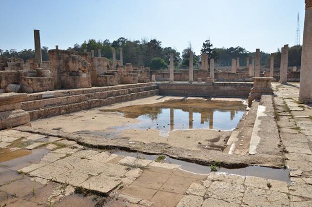 Hadrianus Hamamlarının havuzu. Hadrianus döneminde inşa edilen büyük hamamın havuzu, mermerle kaplıymış. Yunan'da yıkanma işlemi gösterişsizdir, yıkanma yalaktan yapılır. Roma'da ise görkemli hamamlar vardır. Roma'da hamama odun bağışlamak prestijli bir işti. Antik Yunan'da ve Roma'da strigilis denen eğimli metal bir çubuğun vücudu yağ, toz ve kirden arındırmak için kullanıldığını biliyoruz. Strigilis, kese görevi görüyordu. Karma hamamların sonu, Flavius Hanedanı'na mensup Roma İmparatoru Domitianus (81-96) zamanında gelmiş, kadın-erkek hamamı ayrılmıştır. Fotoğraf: travellingmk.blogspot.com