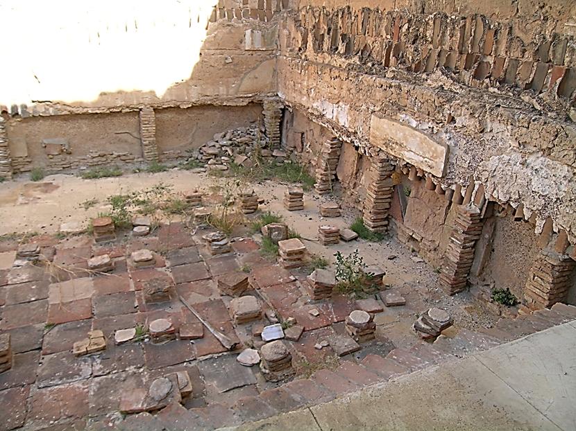 Hadrianus Hamamı'nın caldarium bölümü. Modern ısıtma sisteminin mucidi Romalılardır. Sadece hamamlarda değil, Roma yapılarının çoğunda yapının döşemesi alttan sütunlarla desteklenir, hava yolları oluşturulurdu. Merkezi bir bölmede yakıt ateşlenir böylece sıcak gazın döşeme altından dolaşarak odaları ısıtması sağlanırdı. Hipokaust Sistemi de denilen bu sistem Roma İmparatorluğu'nun çöküşüyle terk edildi ancak 1500 yıl sonra tekrar uygulanmaya başlandı. Fotoğraf: Füsun Kavrakoğlu