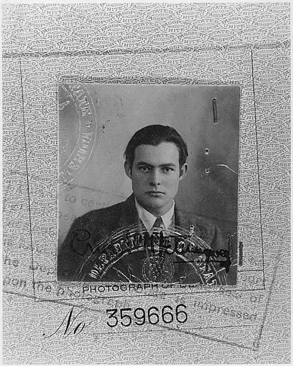 Üniversite mezunu olmayan Ernest Hemingway, Ezra Pound, Gertrude Stein, T. S. Eliot, e. e. Cummings, John Dos Passos, William Faulkner ve F. Scott Fitzgerald ile The Lost Generation (Kayıp Kuşak) yazarları arasında sayılır. Hemingway'in 1923 yılına ait pasaport resmi.
