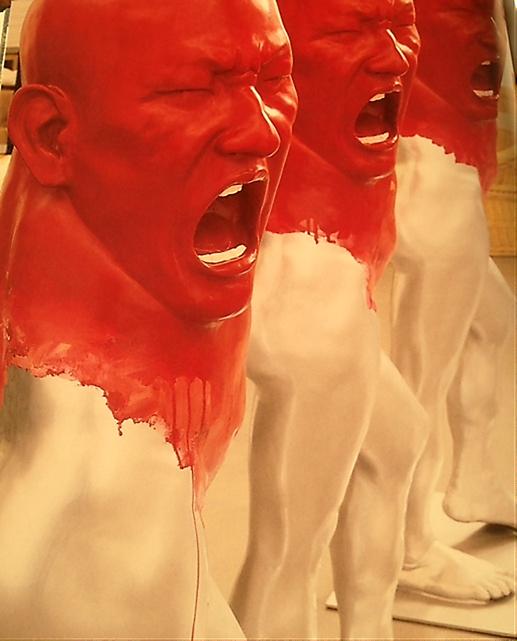 """Çin'in en tanınmış sanatçılarından Yang Shao Bin, resim ve heykel yapıyor. """"Çinli Francis Bacon"""" olarak anılan Yang'ın eserlerinde aşırı duygulanım ve şiddet yansıtan ifadeler görülüyor. Pek çok tablosunun konusu kendisidir. Yukarıda, 2000-2006 yılları arasında ürettiği seriye ait üç fiberglas heykeli görülmektedir. Fotoğraf: Living in China, Photos Reto Guntli, Text Daisann McLane, Taschen, 2010."""