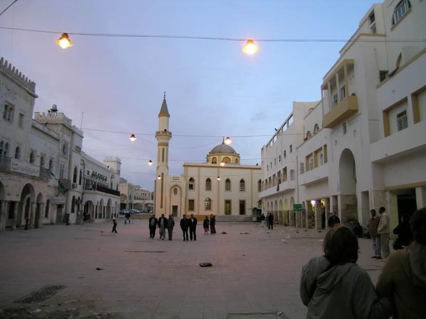 Belediye Binası'nın yanında ilk yapım tarihi 15. yüzyıla uzanan Atik Camii veya Büyük Cami bulunuyor. Cami, Osmanlı döneminde genişletilmiş, İtalyanlar zamanında restore edilmiş. Kuzey Afrika camilerinin genel özelliğinin aksine avlusu yok. Fotoğraf: Füsun Kavrakoğlu