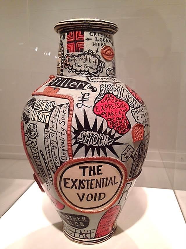 Varoluşsal Boşluk, Grayson Perry, 2012. Bu çömlek sanat dünyasının entrikalarıyla ve sanat eserlerine yakıştırılan hale ile dalga geçiyor. Kendisini Meta Çömlek ve bir İmzalı Parça olarak ilan eden seramiğe gömülü metin sanatın konuştuğu ve ekonomik dolaşımın egemen olduğu post kapitalist bir toplumda, sanat eserinin toplumsal ve finansal durumuna gönderme yapıyor. Picasso Peçetesi Sendromu cümlesi ile, ünlü bir sanatçının peçete kadar önemsiz bir şey üzerindeki imzasının, peçeteyi önemli bir kültürel yapıt statüsüne yükseltebileceği vurgulanıyor. Fotoğraf: Füsun Kavrakoğlu