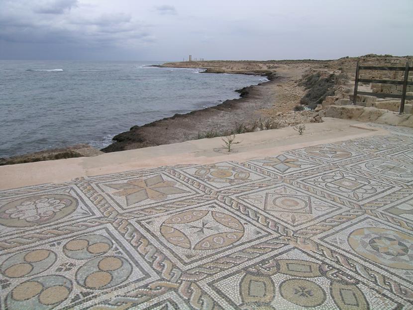 Sabratha'da tiyatroya giden yollar, çeşitli geometrik desenler kullanılarak yapılmış mozaik döşeme ile süslenmiş. Fotoğraf: Füsun Kavrakoğlu