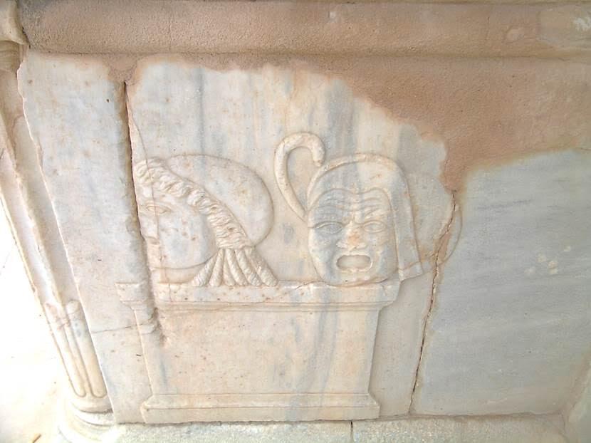 Devlet kültü, vatandaşların zihninde bayramlar, halk eğlenceleri ve kurbanlar sayesinde gelişiyordu. Romalılar tiyatroyu MÖ 3. yüzyılda Yunanlardan almışlardır. Yunan tiyatrosu sırtını doğal bir yükseltiye dayar. Yunanlar tonoz bilmezler. Tonoz öğrenildikten sonra düzlükte tiyatro yapımı başlıyor. Roma, kemer biliyor, düz araziye tiyatro yapabiliyor. Yunan tiyatrosunda ilk sıra sahneye yakındır. Roma tiyatrosunda ise, hayvanlarla yapılan gösterilerden ötürü ilk sıra korunaklıdır. Yunan'da oyuncuların hepsinin erkek, Roma'da ise oyuncuların arasında kadın da olduğu düşünülüyor. Roma'da sahne binasının daimi olduğu bilinirken, Yunan'da kurulup kaldırıldığı düşünülüyor. MÖ 55 yılında Pompeius, Roma'daki tiyatro binası için sermaye sağladı. 20.000 kişilik bu bina sıra sütunlardan oluşan bir kompleksti. Böylece, herkesin keyifli vakit geçirmesi amacıyla tasarlanmış büyük ulusal anıtların inşa edilmesi için para sağlama uygulaması başlamış oldu. Fotoğraf: Füsun Kavrakoğlu