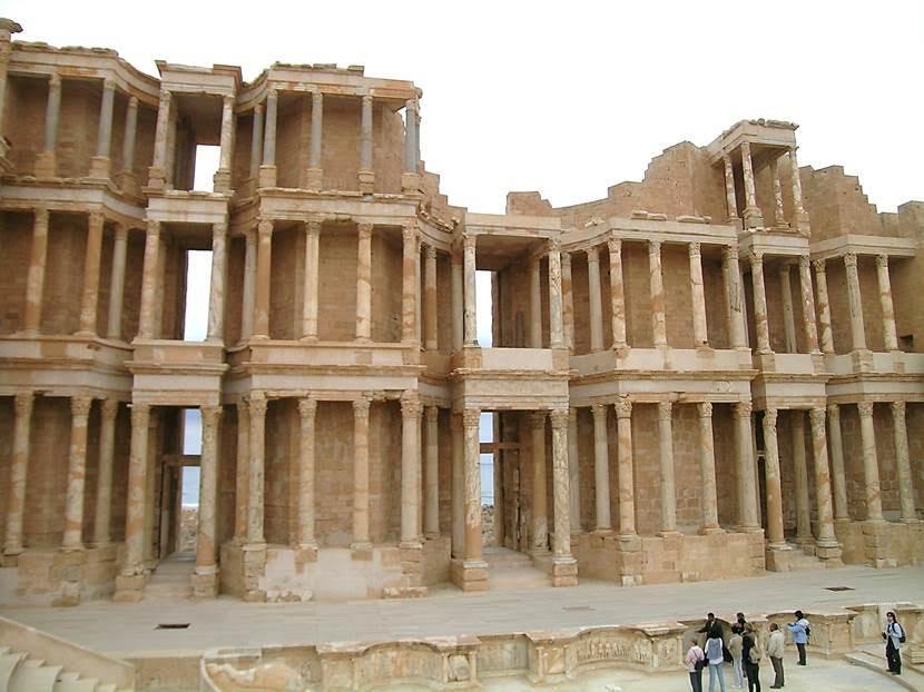 Sabratha'nın tiyatrosunun beş bin kişilik olduğu ve 2. yüzyılda yapıldığı düşünülüyor. Sönmemiş kireç ısıtıldığında çok yoğun bir parlaklık yaydığından, sahne ışıklandırılmasında kullanılıyordu. (Limelight). Fotoğraf: Füsun Kavrakoğlu