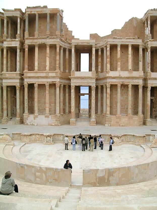 Sabratha tiyatrosunun orkestra ve sahnesi. Roma tiyatrosunda halk (commoners) ile aristokrasi ayrı yerlerde oturuyorlar (box of honor). İki bölüm bir parapet ile ayrılmış. Sahne ile seyirci arasında kalan, genelde yarım daire şeklinde olan çukur bölüm orkestra'dır. Sahne ile orkestra arasındaki parapete pulpitum (stage platform) denir. Fotoğraf: Füsun Kavrakoğlu