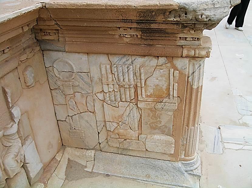 Pulpitum'daki süslemelerde güneş saati ve rulolar (scrolls). MÖ 39 yılında Jul Sezar Roma'nın ilk halk kütüphanesini yaptırmaya karar verdi. İmparatorlar kütüphanelere büyük para bağışında bulundular. MS 350 yılına gelindiğinde Roma'da 29 tane kütüphane bulunuyordu. Bir çoğu Romalıların uzun vakit geçirdiği hamamlarla bağlantılıydı. Fotoğraf: Füsun Kavrakoğlu