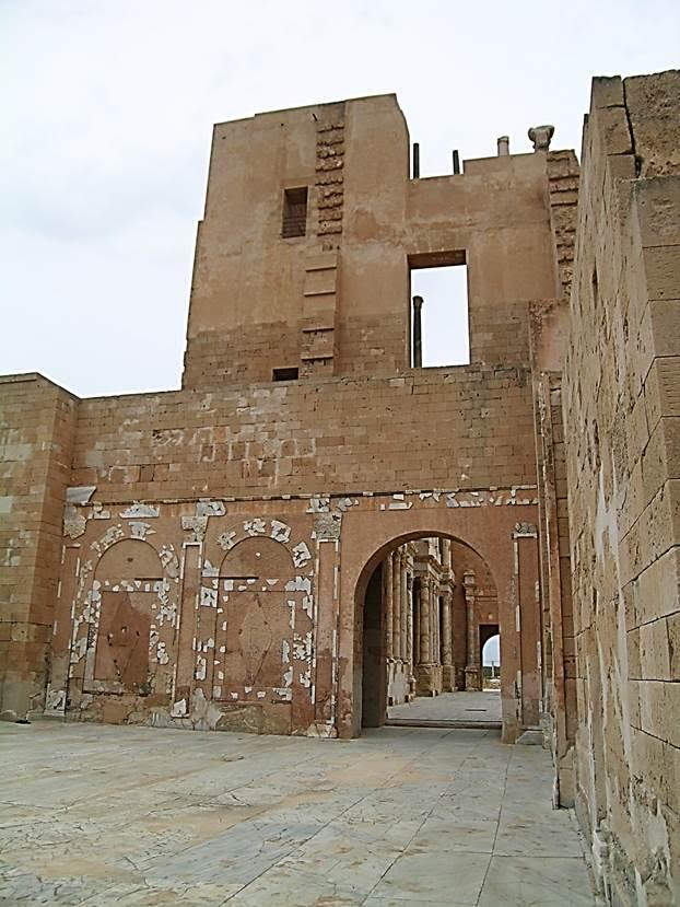 Tiyatronun duvarları mermerle kaplıymış. Roma mimarisinde Numidya'dan sarısı, Anadolu'dan kırmızısı, Yunanistan'dan yeşili gelen mermerler çok kullanılmış. Fotoğraf: Füsun Kavrakoğlu