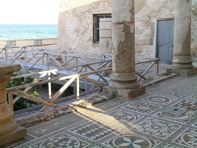 Deniz kenarındaki villanın terasları, bahçesindeki çiçek tarhlarının etrafı, odalarının yerleri ve bazı odaların duvarları mozaiklerle kaplıydı. Mozaik bezeme, Libya'da, Helenistik dönemden itibaren kullanılmış. Hadrianus ve Severus dönemlerinde kullanımı iyice yaygınlaşmış. Erken Hıristiyanlık ve Bizans dönemi mozaiklerinde Hıristiyanlık simgeleri ile pagan simge ve efsaneler birlikte betimlenmiş. Sabratha, Leptis Magna, Tulmeyse, Cyrene, Apollonia ören yerleri ve müzelerde; Kasr Libya, Cemahiriye Müzesi gibi Villa Silin'de de mozaik sanatından örnekler gördük. Fotoğraf: Füsun Kavrakoğlu