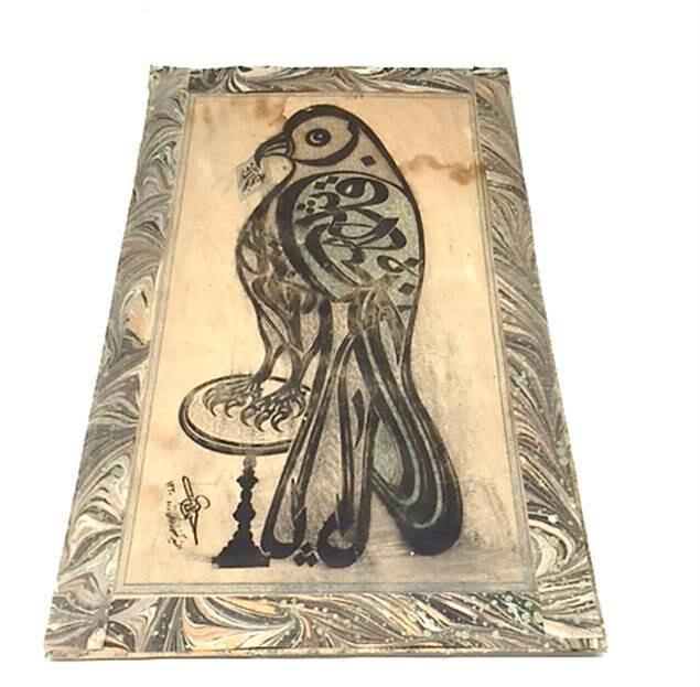 Kuş, Baksı Müzesi koleksiyonu, kağıt üzerine boya. İslam sanatında hat geleneğinin gelişerek resimsel bir boyut kazanması, yazı ile resim yapma yolunu açmıştır. Yazı resimlerde (calligraphic pictures/lettering) daha çok dini konular işlenmiştir. Yazı-resim kardeşliği olarak izah edilen bu yolla somut şiir arasında sizce bir bağ kurulabilir mi? Fotoğraf: Füsun Kavrakoğlu
