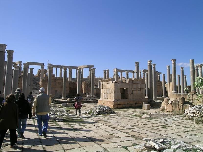 Burası büyük ihtimalle Augustus Tapınağı. Buranın granitleri Mısır'dan getirtilmiş. Fotoğraf: Füsun Kavrakoğlu