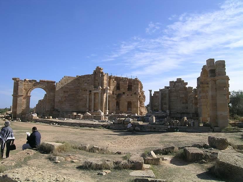 Leptis Magna'da nympheum. Çeşmeler, suyu getirmiş olmanın gururu ile anıtsal yapılırdı. Fotoğraf: Füsun Kavrakoğlu