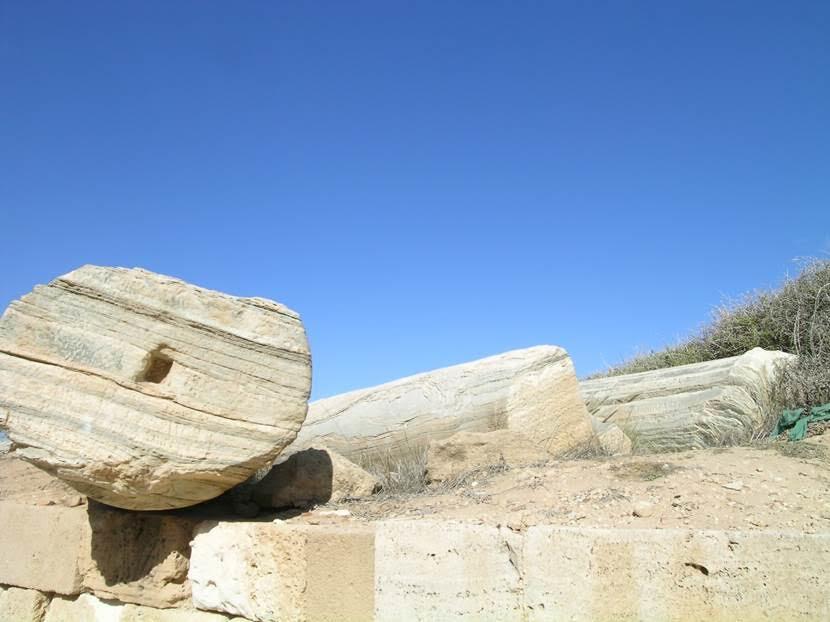 1686 ve 1708 yıllarında, yani Osmanlı döneminde, Fransızlar Leptis Magna'daki yüzlerce granit ve mermer parçayı ülkelerine götürmüş. Parçalar, Versailles ve St. Germain des Pres'nin yapımında kullanılmış. Fransızlar, gemiye taşıyamadıkları bu üç sütunu sahilde bırakmışlar. Londra'ya da bazı sütunlar götürülmüş. Fotoğraf: Füsun Kavrakoğlu