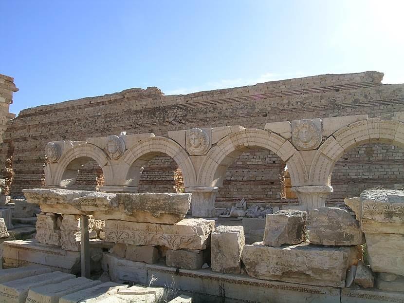 Medusa ve su perisi başları ile ünlü devasa Severus Forumu. Medusaların yüz ifadeleri farklı farklı işlenmiş. Fotoğraf: Füsun Kavrakoğlu