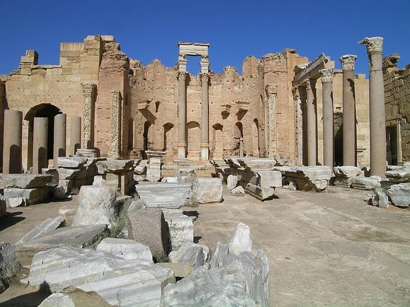Septimus Severus Bazilikası. Bazilika çok büyük üç nefli ve kolonadlı bir salondan oluşur. Her iki ucunda yarım daire biçimli birer apsis ve yan neflerinin üzerinde galeriler bulunur. Orta nef 40 m genişlikte, 70 m uzunlukta ve en az 33 m yüksekliktedir. Fotoğraf: Füsun Kavrakoğlu