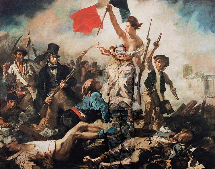 """Hiding in the City, Paris, No.09, Liu Bolin, 2006. Liu Bolin, tüm dünyada Fransız Devrimi'nin simgesi kabul edilen ve Fransız resim sanatının başyapıtlarından biri sayılan Eugene Delacroix'nın (1798-1863) Halka Yol Gösteren Özgürlük (1830) adlı tablosunda kendisini """"yok ediyor"""". ArtInternational 2015'te Çinli sanatçı Liu Bolin (1973-), 2005 yılında başladığı ünlü serisi Şehirde Saklanmak (Hiding in the City) dolayısıyla Görünmez Adam olarak da anılıyor. Liu bu seriyi, Asya'daki en büyük sanatçı topluluğunun yaşadığı köy için yıkım kararı alınması ve devletin sanatçıyı korumaması üzerine bir protesto olarak başlatmıştır. Bedenini farklı arka planlara, kendini fonla aynı desene boyayarak, kamufle ederek resmederek, sanatçının toplum içindeki statüsünü sorgulamış, Çinli sanatçının görünmezliğini vurgulamış, kendini yok ederek, yaptığı performanslarda sorunları görünür kılmıştır. Fotoğraf:notionofthethought.wordpress.com"""